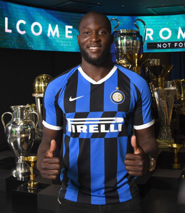 Romelu Lukaku in an Inter Milan jersey after signing for the Italian club