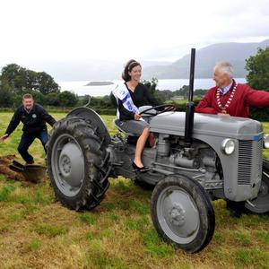Queen of the Land, Christine Buckley, from Firies, gets top ploughing tips from South Kerry Ploughing Championships Event Director Tom Leslie and Mayor of Killarney Brendan Cronin whose late father, former county councillor PJ Cronin, was an All-Ireland ploughing champion