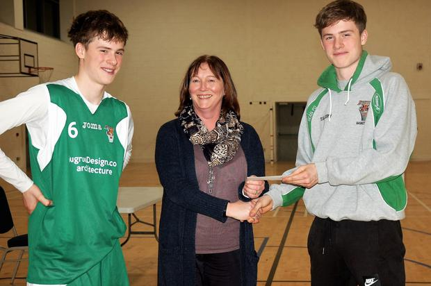 Tim and Seán Pollmann-Daamer pictured receiving a cheque from Siobhán Creedon of the boys basketball team TK Bobcats