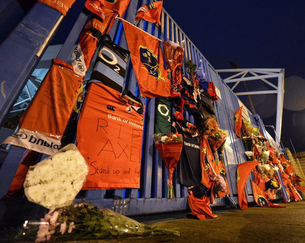 Tributes are paid to Munster head coach Anthony Foley outside Thomond Park at the Shannon RFC clubhouse gate. Photo by Diarmuid Greene/ Sportsfile