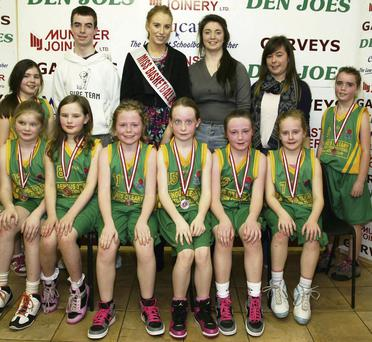 Gneeveguilla NS 3rd and 4th Class team runners-up in their competition on finals day at the 44th annual St. Mary's Christmas Basketball Blitz at Castleisland Community Centre on Monday afternoon. Included are front from left: Róisín Collins, Leigh Jones, Róisín McAuliffe, Alice O'Leary, Caoimhe Guerin-Crowley and Róisín Brosnan. Back from left: Katelyn O'Leary, John O'Leary, Miss Basketball 2013, Amy Reidy, Aisling Collins, Elaine O'Keeffe and Tara O'Leary. Photo by John Reidy