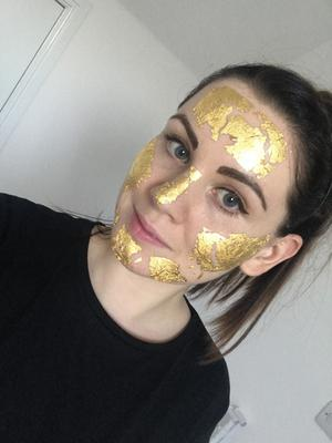 Sophie Goodall trying the face mask from Mimi Luzon 24K Pure Gold Eye Treatment