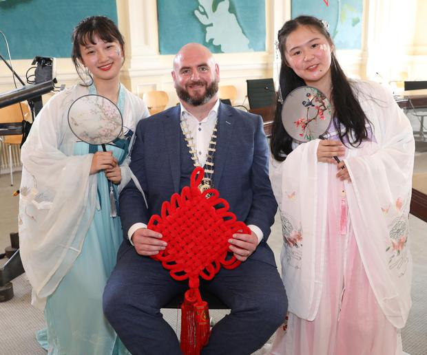 Councillor Gino O'Boyle, pictured with Xin Yi Min and Han Yue Xin from Nanchang No5 High School, Jiang Xi Province, China, during their visit to Sligo City Hall