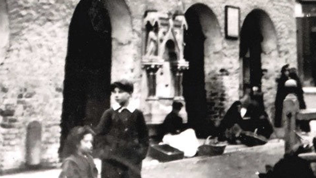 The drinking fountain on the wall in a photograph from 1896.