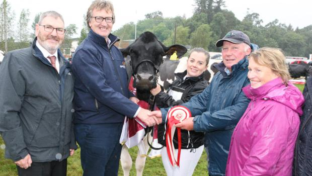 Pictured, from left, are: Bob Gillen (Team Leader, Diageo Baileys Global Supply) and John Murphy (Vice Chairman Glanbia Group); Laura, Jim and Una Sinnott with their Diageo Baileys Champion Dairy Cow, Ballyboy Sid.