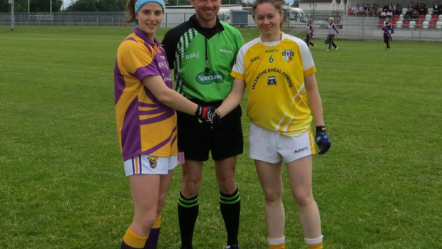 Captains Róisín Murphy and Clongeen native Sinéad Murphy (McLaughlin) with referee Kevin Corcoran