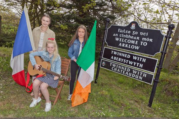 Erin Connolly, Bri-Elle Finn and Ella Healy at the Arklow and Chateaudun twinning sign