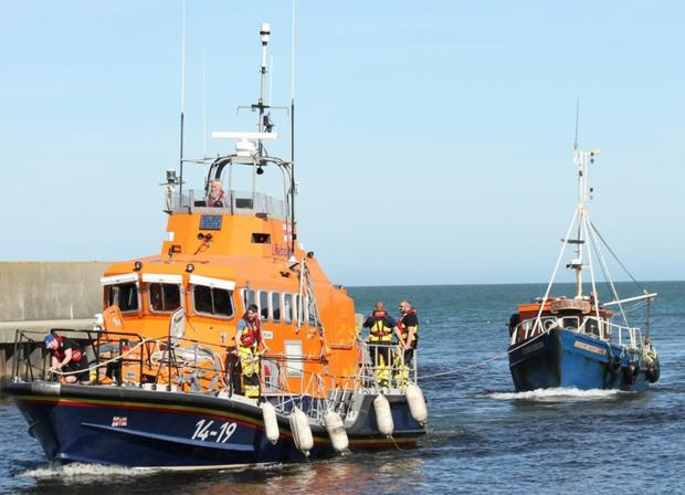 RNLB Ger Tighchlearr assisting the stricken vessel