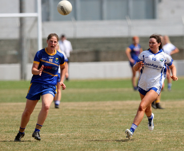 Jackie Kinch races to the breaking ball ahead of Laois half-forward Erone Fitzpatrick