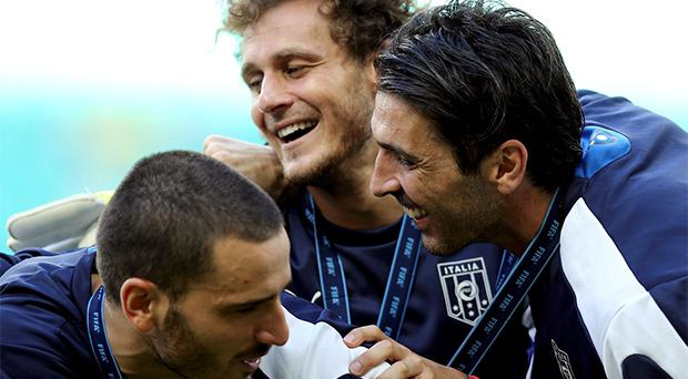 Italy's goalkeeper Gianluigi Buffon celebrates with teammates Alessandro Diamanti (C) and Leonardo Bonucci (L) after their Confederations Cup third-place playoff soccer match against Uruguay