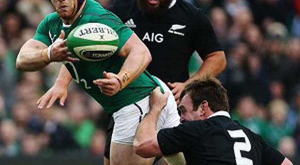 Ireland flanker Sean O'Brien has rejected a lucrative move to France in favour of signing a new IRFU central contract to stay with Leinster.