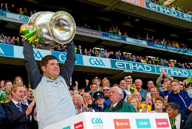 Kerry manager Éamonn Fitzmaurice lifts the Sam Maguire