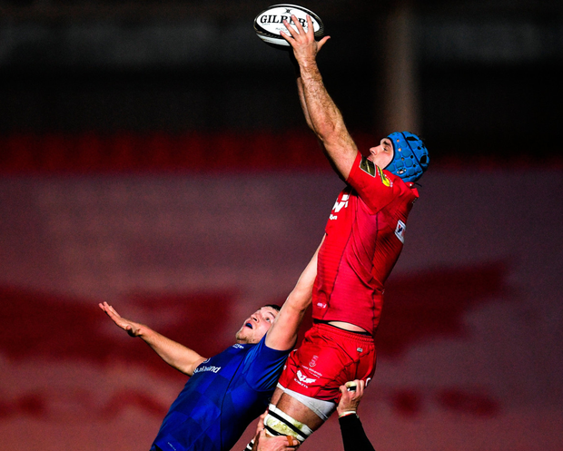 Molony battles Scarlets' Tadhg Beirne for the ball in a lineout. Photo: Ramsey Cardy/Sportsfile