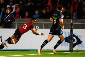 Francis Saili goes over to score Munster's match-winning try against Glasgow last night. Photo: Stephen McCarthy