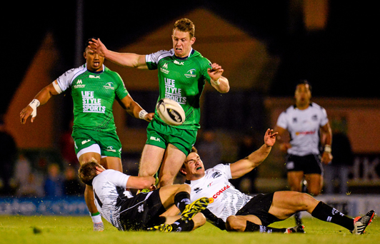Matt Healy, Connacht, contests the ball