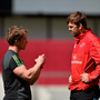 Jerry Flannery in conversation with Dave Foley at training ahead of tomorrow's game against Scarlets. Photo: Sportsfile