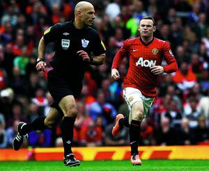 """Manchester United's Wayne Rooney shouts at referee Howard Webb (L) during their English Premier League soccer match against Chelsea at Old Trafford in Manchester, northern England, May 5, 2013.   REUTERS/Darren Staples (BRITAIN - Tags: SPORT SOCCER TPX IMAGES OF THE DAY) FOR EDITORIAL USE ONLY. NOT FOR SALE FOR MARKETING OR ADVERTISING CAMPAIGNS. NO USE WITH UNAUTHORIZED AUDIO, VIDEO, DATA, FIXTURE LISTS, CLUB/LEAGUE LOGOS OR """"LIVE"""" SERVICES. ONLINE IN-MATCH USE LIMITED TO 45 IMAGES, NO VIDEO EMULATION. NO USE IN BETTING, GAMES OR SINGLE CLUB/LEAGUE/PLAYER PUBLICATIONS"""