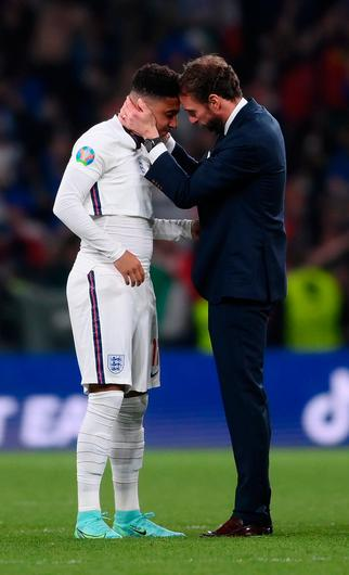 England manager Gareth Southgate consoles Jadon Sancho. Photo by Getty Images
