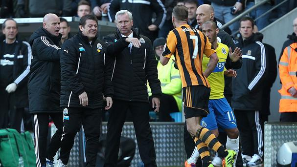 Alan Pardew, centre, confronts Hull midfielder David Meyler