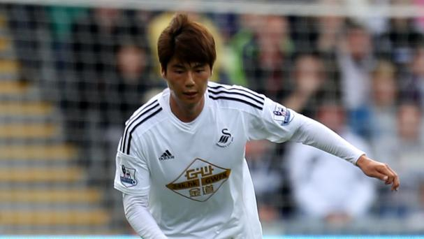 Swansea midfielder Ki Sung-yueng has signed a new deal