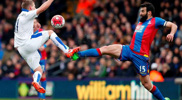 Leicester City's Marc Albrighton goes toe-to-toe with Mile Jedinak at Selhurst Park Photo: AFP/Getty Images