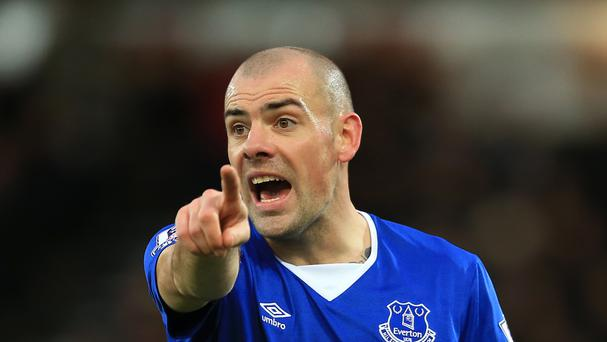 Everton midfielder Darron Gibson has signed a new two-year contract extension.