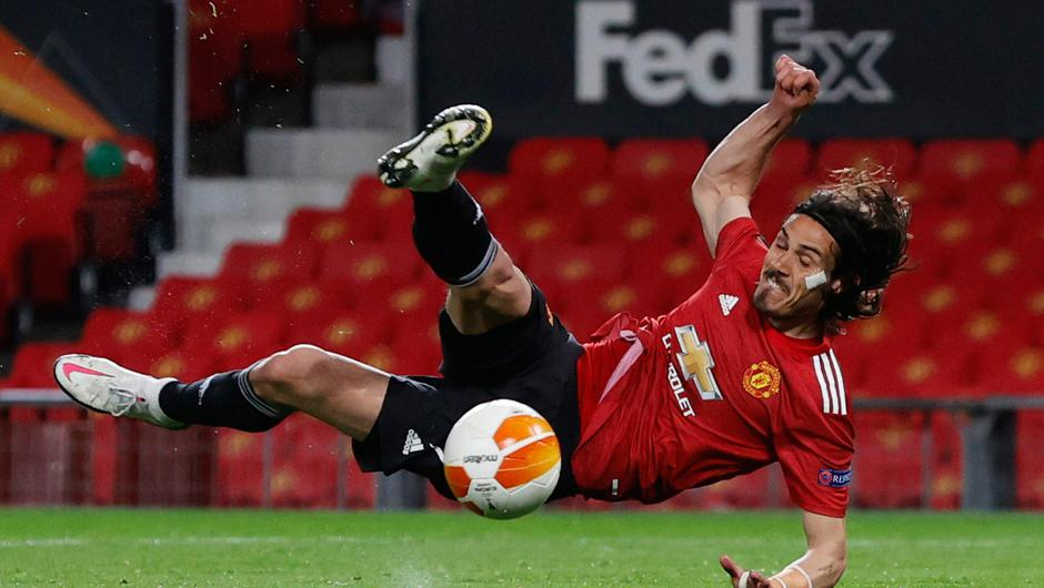Manchester United's Edinson Cavani shoots at goal during Thursday night's game against Roma. Photo: Phil Noble/Reuters