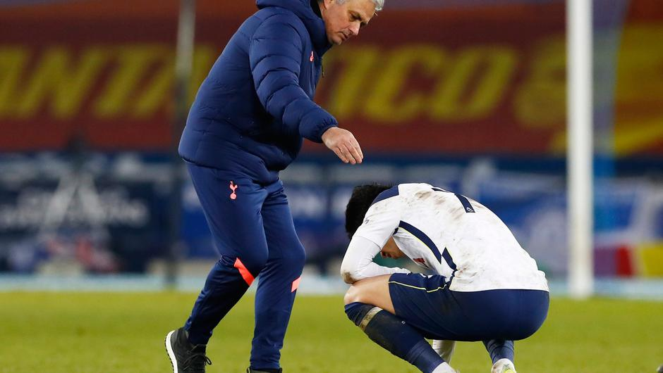 Jose Mourinho consoles Son Heung-min after the loss to Everton. Photo: Reuters