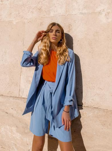 A relaxed-fit blazer (€17) and belted shorts (€13)