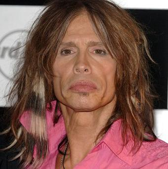 Steven Tyler says his children do not want to go out with him in Hawaii because of the paparazzi