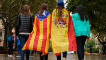 Seccesion: Girls stroll through Figueras with a Spanish flag and a Catalan 'Estelada' flag. Photo: Getty Images