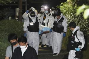 Police officers carry the body of Park Won-soon (Ryu Young-suck/Yonhap/AP)