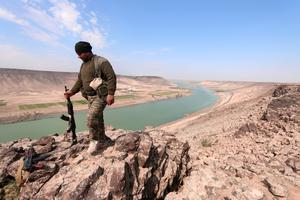 A Syrian Democratic Forces fighter near the Euphrates river, north of Raqqa city, Photo: Reuters/Rodi Said