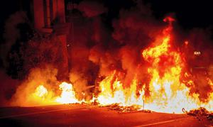 Protesters in Oakland California started a blaze in solidarity with groups in ferguson.