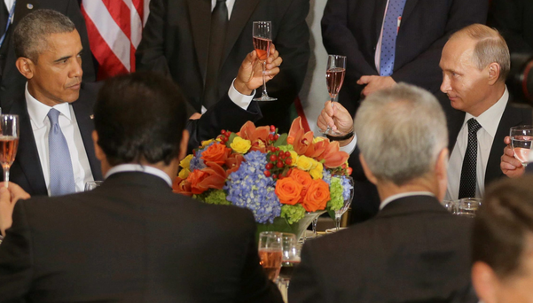 Russian President Vladimir Putin (R) and U.S. President Barack Obama share a toast during the luncheon at the United Nations General Assembly in New York