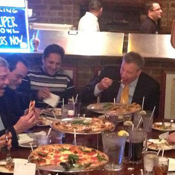 New York City Mayor Bill de Blasio uses a knife and fork to ear pizza (AP)