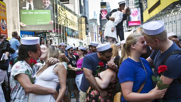 Couples re-enact the iconic 1945 Alfred Eisenstaedt kiss photo in Times Square (AP)