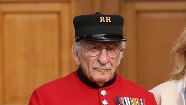 Chelsea Pensioner Frank Mouque revisited the French town he helped liberate by using virtual reality.