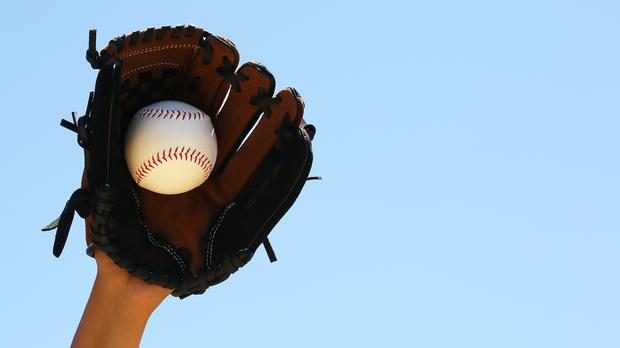 A baseball player makes a catch (Gizelka/Getty Images)