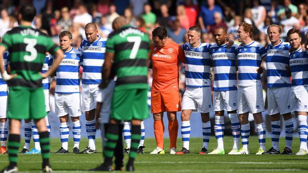 The players bow their heads before the match