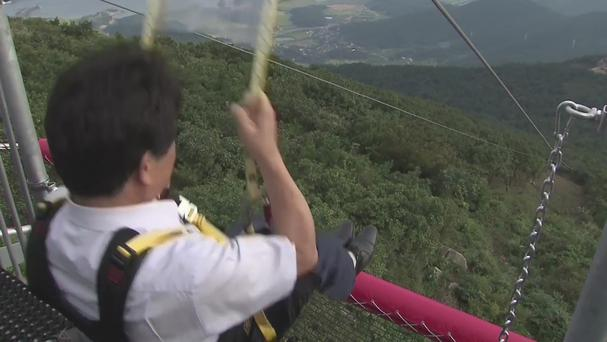 Man using South Korea's longest zip wire (YTN)