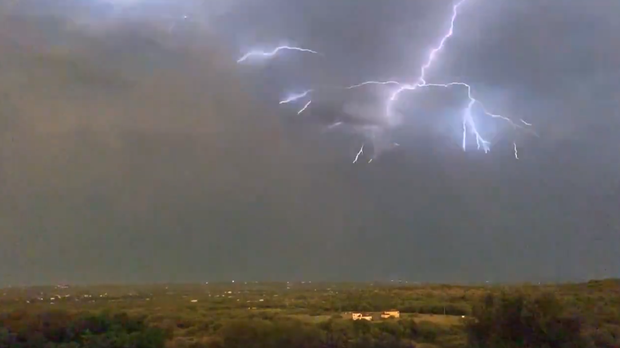 The lightning storm in Texas (@theillsampson/Twitter)