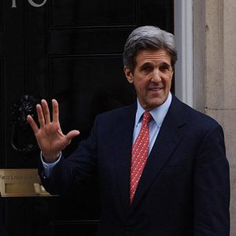 US Secretary of State John Kerry is calling on bickering Egyptian leaders and opposition politicians to forge a consensus