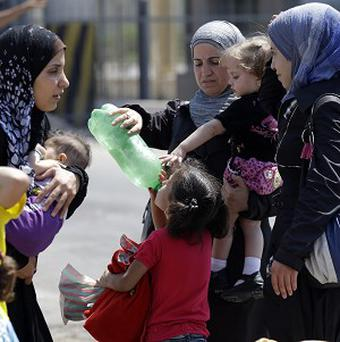 Syrian refugees arrive at the Turkish Cilvegozu gate border (AP)