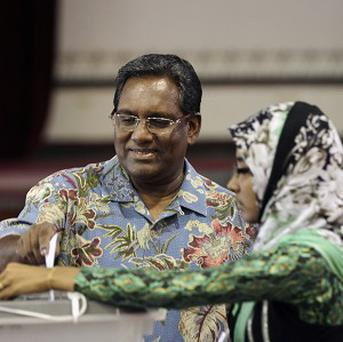 Maldives president Mohamed Waheed Hassan casts his vote in Male.