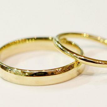 Her fingers were swollen and she was keeping her wedding and engagement rings, valued at more than €3,500, in her purse