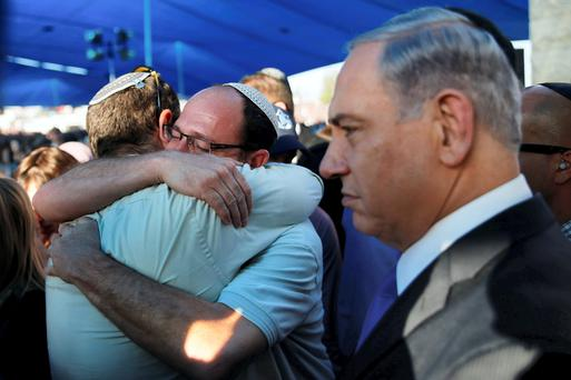 Israeli PM Netanyahu stands next to the fathers of two of the three Israeli teens abducted