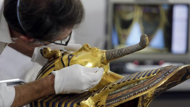 Christian Eckmann begins restoration work on the golden mask of King Tut