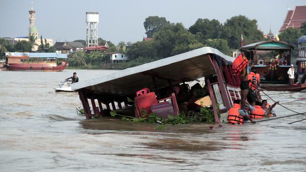 Thai rescue teams at work after a boat capsized at Chao Phraya River in Ayuthaya Province (Dailynews/AP)