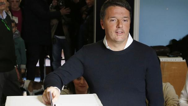 Matteo Renzi casts his ballot in the referendum on constitutional reform